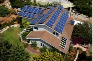 התקנת מערכת סולארית של סולאראדג' בהספק מירבי של 15 קילו וואט על ארבעה מפנים של גג הבית בכפר ורדים, בוצעה על ידי חברת סולגל אנרגיה. צילום: אלון לויטה