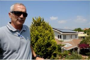 """""""ניצול מירבי של הגג ותפוקת מערכת מצוינת"""", דב קוטלר, מנכ""""ל סולגל אנרגיה, בחזית הבית בכפר ורדים. צילום: אלון לויטה"""